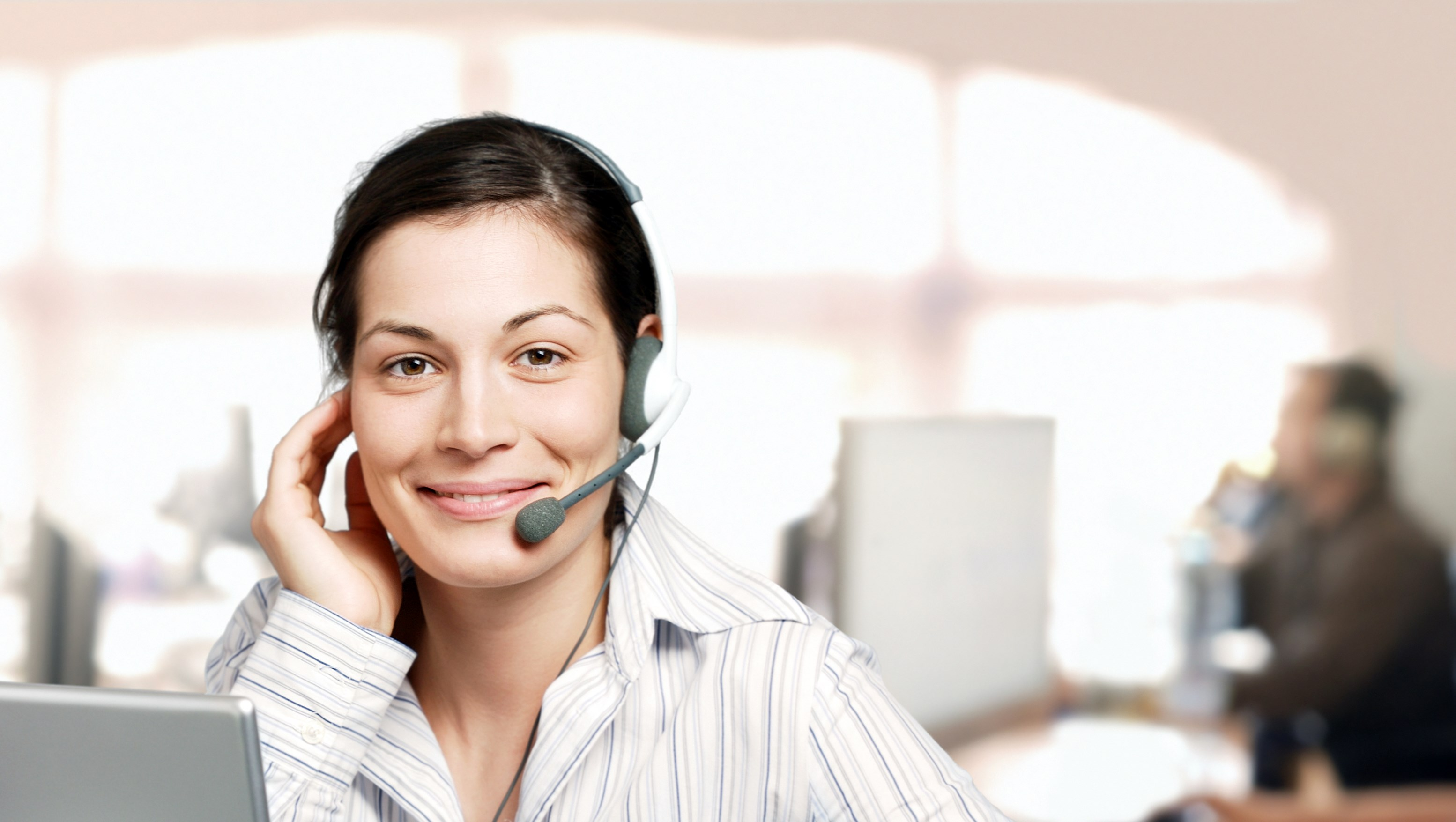 contact center agent answering the phone according to call center management best practices