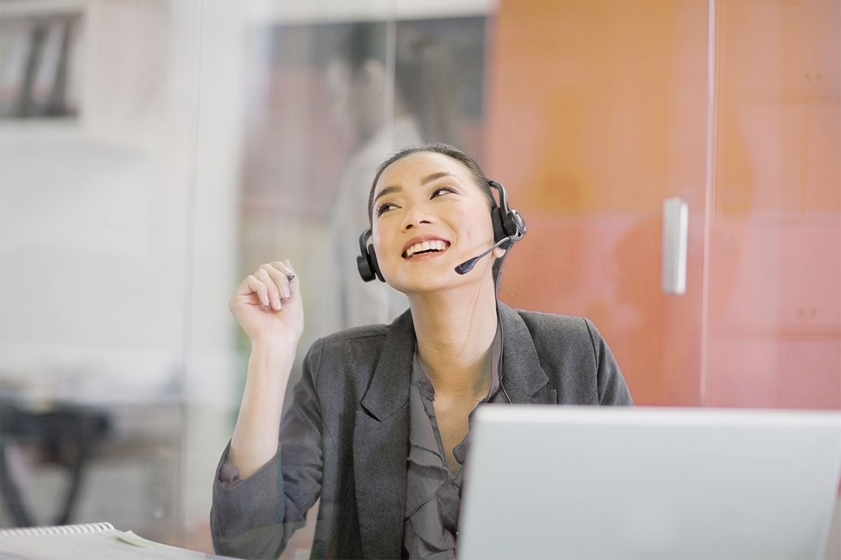 happy agent managing customer support cases with integrated knowledge management